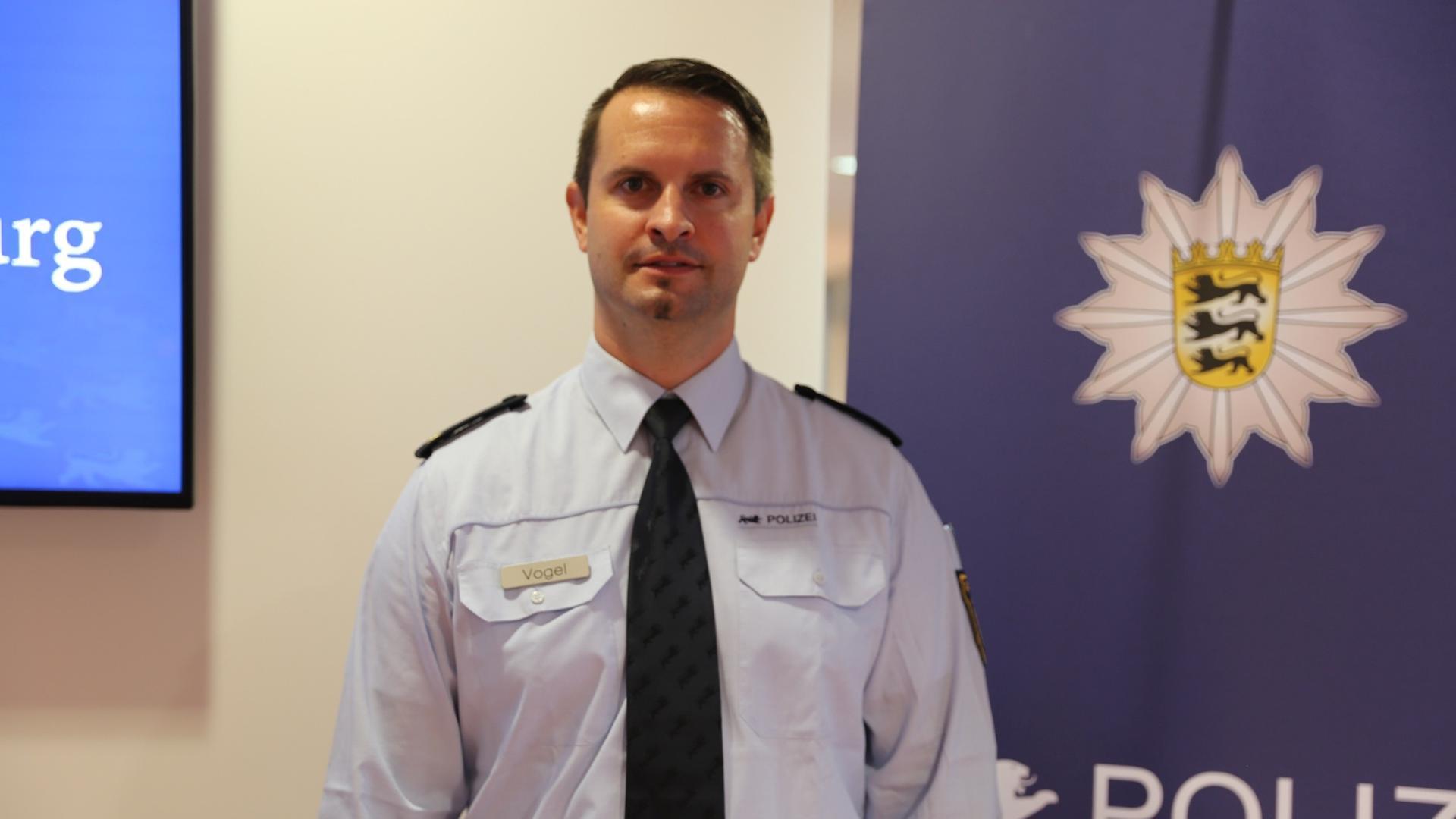 Polizeibeamter und Wappen