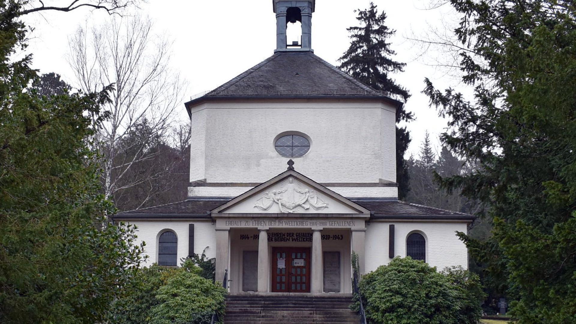 Friedhofskapelle mit vielen Stufen
