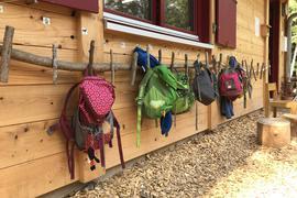 Naturnah bis in die Deko-Details: Die Kinder dürfen ihre Rucksäcke und Jacken im Gaggenauer Waldkindergarten an einer Garderobe aus Ästen aufhängen.