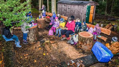 Schulklasse im Waldklassenzimmer im Selbacher Wald