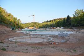 Großbaustelle Waldseebad Gaggenau, Baustelle mit Baumaterialien, Kran und Bagger, Formen der Becken sind erkennbar