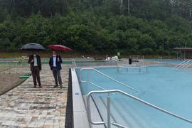 2 Männer mit Regenschirm am Becken