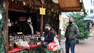 Weihnachtlich geschmückte Bude Gaggenau mit Verkäufer und Käufer