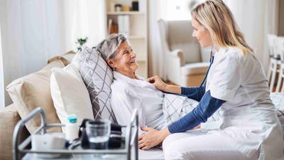 Direkter Kontakt: Bei der ambulanten Pflege ist das Infektionsrisiko für die Mitarbeiter besonders hoch. Die Altenhilfe Gaggenau betreut deshalb nur noch Kunden, die ansonsten keinen Kontakt mehr haben.