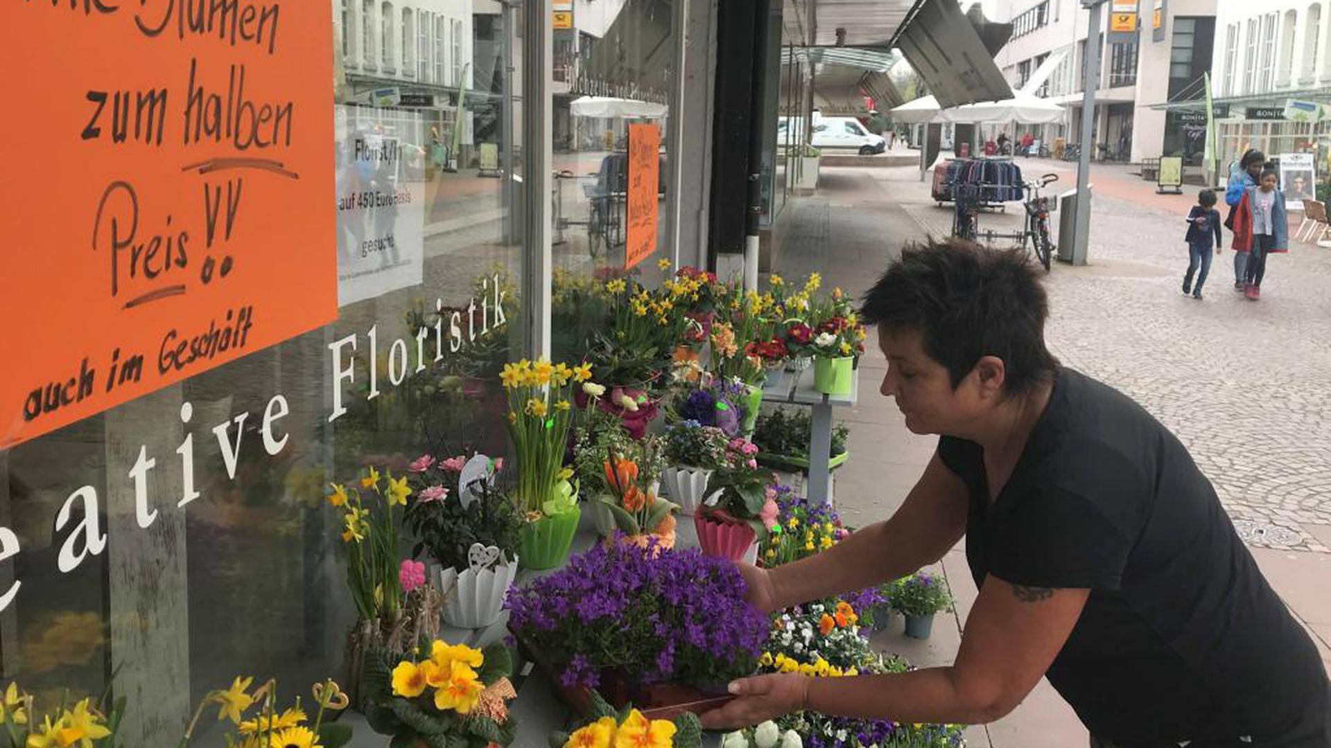 Blumengeschäft City Florist Gaggenau verkauft am 17.03.2020 alle Blumen zum halben Preis. Ähnlich wie andere Geschäfte muss er vorübergehend schließen: Bund und Länder haben angesichts der Ausbreitung des Coronavirus Covid-19 gemeinsame Leitlinien beschlossen und am 16.03.2020 bekanntgegeben. Diese erlauben nur wenigen Geschäften den Betrieb.
