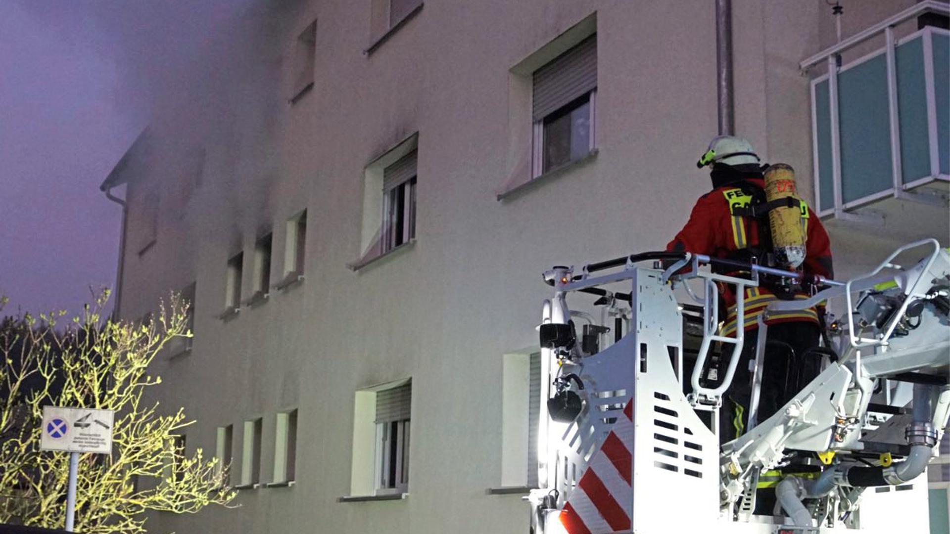 Am frühen Sonntagmorgen forderte ein Wohnungsbrand in Gaggenau zwei verletzte Personen und es entstand ein Sachschaden von rund 50.000 Euro.