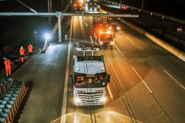 27.11.2018, Hessen, Erzhausen: Ein Oberleitungs-Hybrid-Lkw fährt auf der Teststrecke auf der A5 zwischen Langen und Weiterstadt. Aus Sicherheitsgründen wird der Test-LKW eskortiert. Auf der ersten Teststrecke in Deutschland für spezielle Lastwagen mit Stromabnehmern ist erstmals ein Lkw gefahren. Foto: Andreas Arnold/dpa +++ dpa-Bildfunk +++