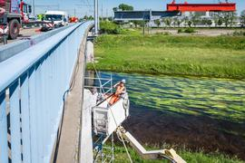 Brücke, Arbeiter im Korb und Fluss