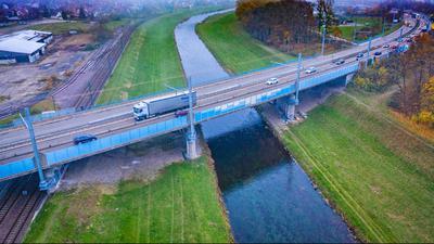 Brücke über die Murg bei Kuppenheim mit Pfeilern und Masten für Oberleitungen