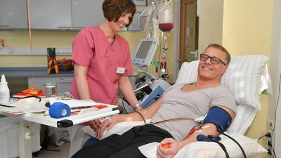 Blut und Zeit geben die Stammzellenspender und retten so möglicherweise das Leben eines todkranken Blutkrebspatienten. Anna-Luisa Grimm war zwei Tage im Klinikum, um ihr Blut filtern zu lassen.