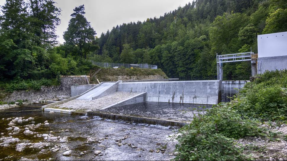 Das neue Wehr in voller Pracht: Für 1,5 Millionen Euro haben die Wasserkraftwerke Murg Breitwies Schlechtau das Stauwerk unterhalb des Sportplatzes in Forbach-Langenbrand ökologisch saniert.