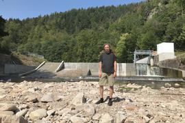 Ein Wehr mit allen Schikanen: Eingebaut sind links eine Fischtreppe, daneben eine Kanurutsche, rechts ein Fischabstieg, erklärt Martin Weißmann, Geschäftsführer der Wasserkraftwerke Murg Breitwies Schlechtau.