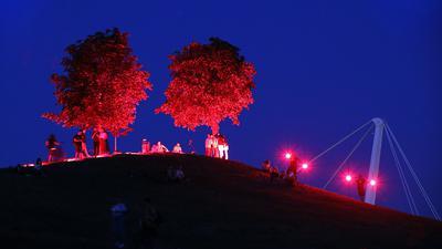 """Akzent zu später Stunde: Der Hügel erstrahlte am Donnerstag rot. Zuletzt richteten bundesweit Veranstalter unter der Überschrift """"Night of light"""" einen Appell und Hilferuf an die Politik zur Rettung der Veranstaltungswirtschaft."""
