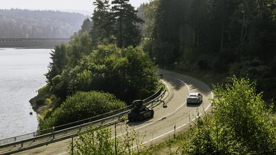 Dreharbeiten an der Schwarzenbach-Talsperre: Eine Werbeagentur hat kürzlich für die Mercedes-Benz AG  drei Prototypen neuer Elektro-Autos gefilmt und fotografiert.