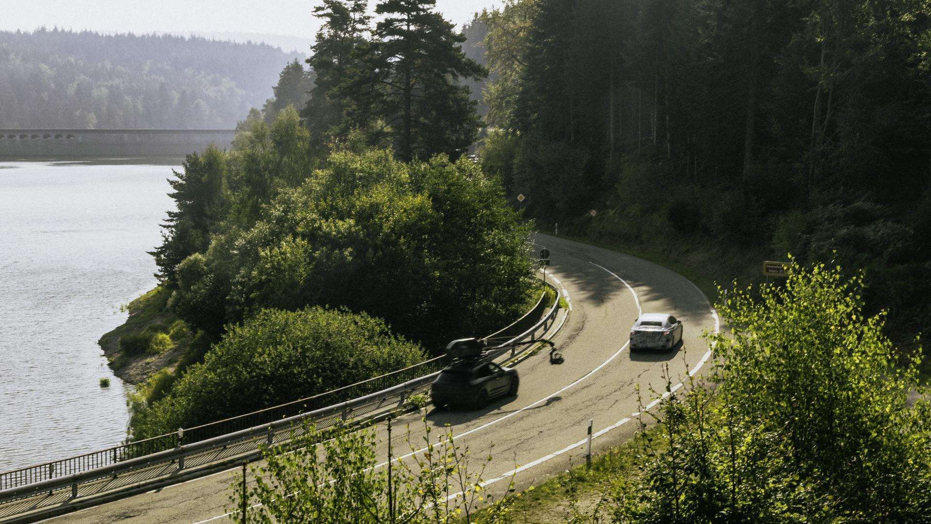 Dreharbeiten an der Schwarzenbach-Talsperre: Die Mercedes-Benz AG hat kürzlich drei Prototypen filmen und fotografieren lassen.