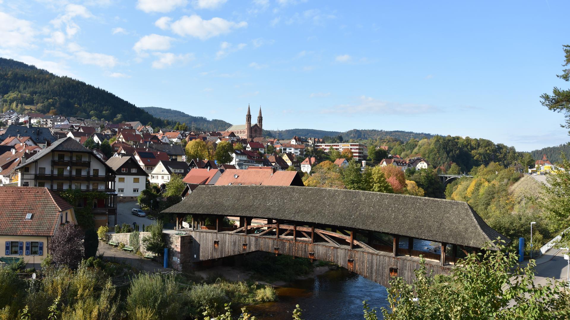 Forbach Ortsansicht mit Holzbrücke