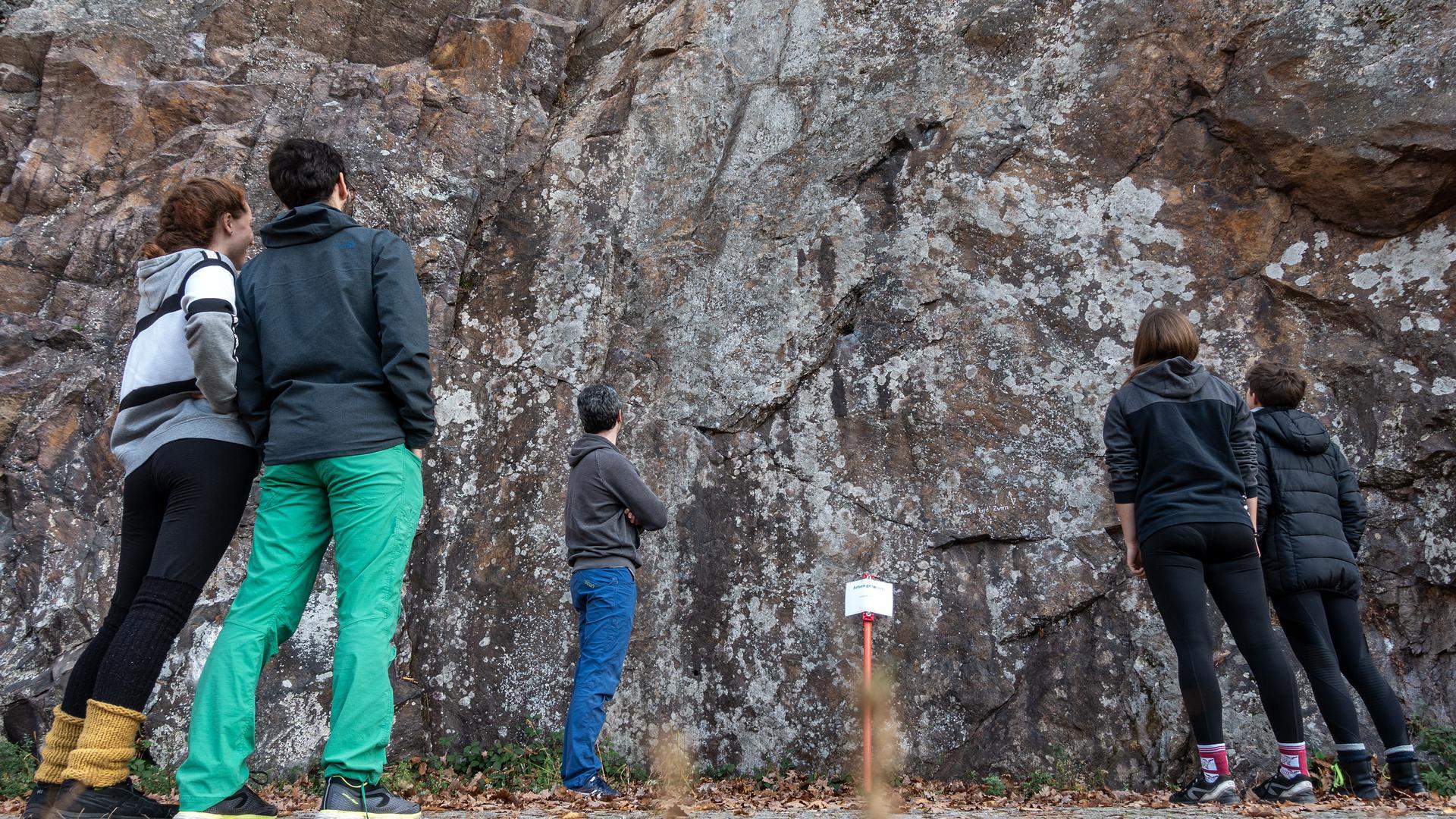 Fünf Personen stehen an der Kletterwand in Gausbach
