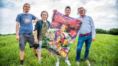 4 Männer und Plakat