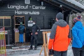 Langlaufcenter Herrenwies:  Gäste bei der Anmeldung im großzügigen Wartebereich vor der Hütte (Mathias Reidel zweiter von links)
