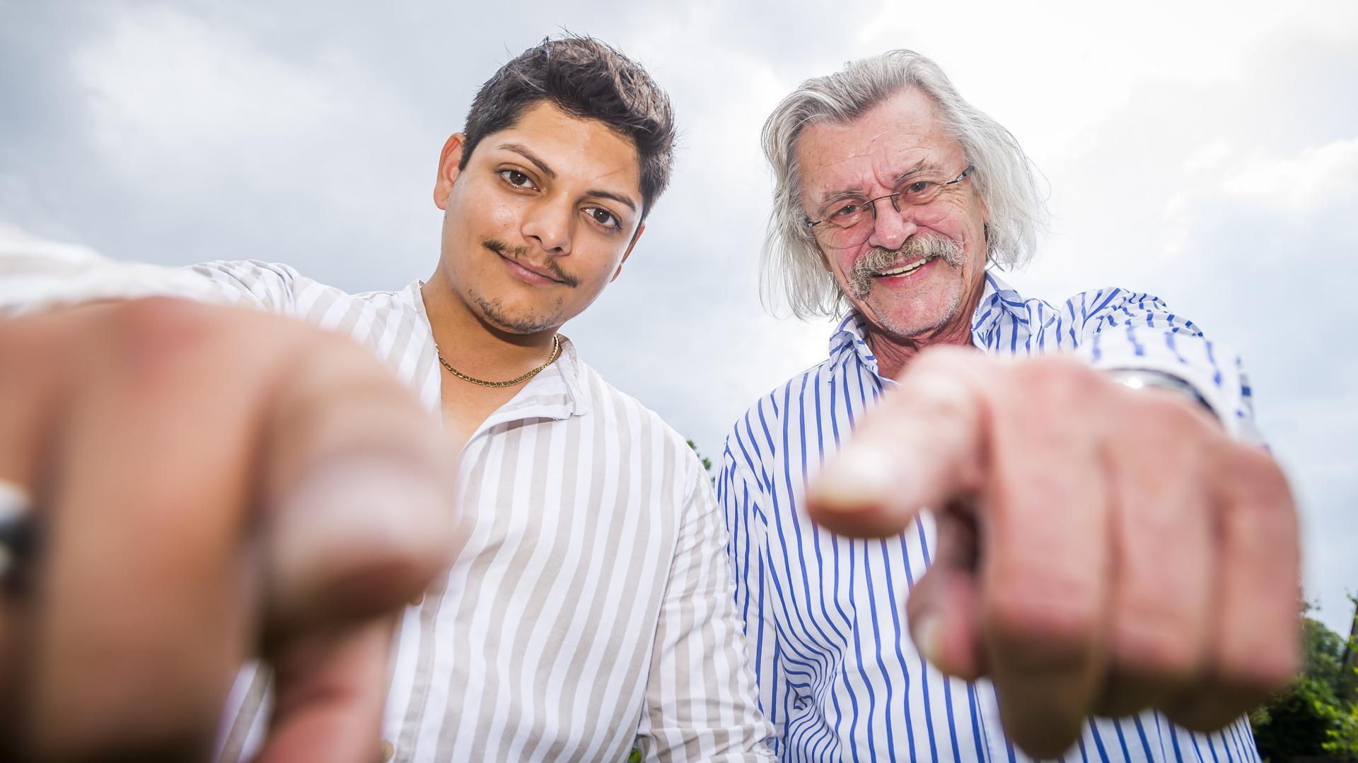 2 Männer weisen mit dem Finger