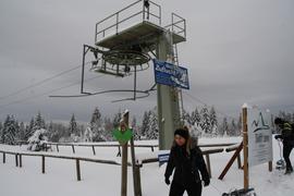 Lammlift am Kniebis im Schnee, zwei Personen mit Schlitten