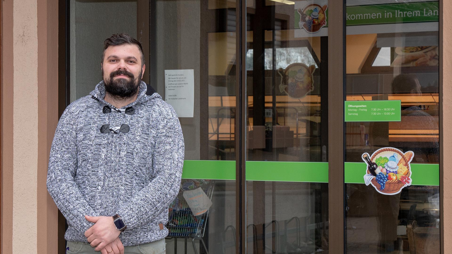 """Emir Rexhepi vor dem ehemaligen """"Nah und gut""""-Supermarkt"""