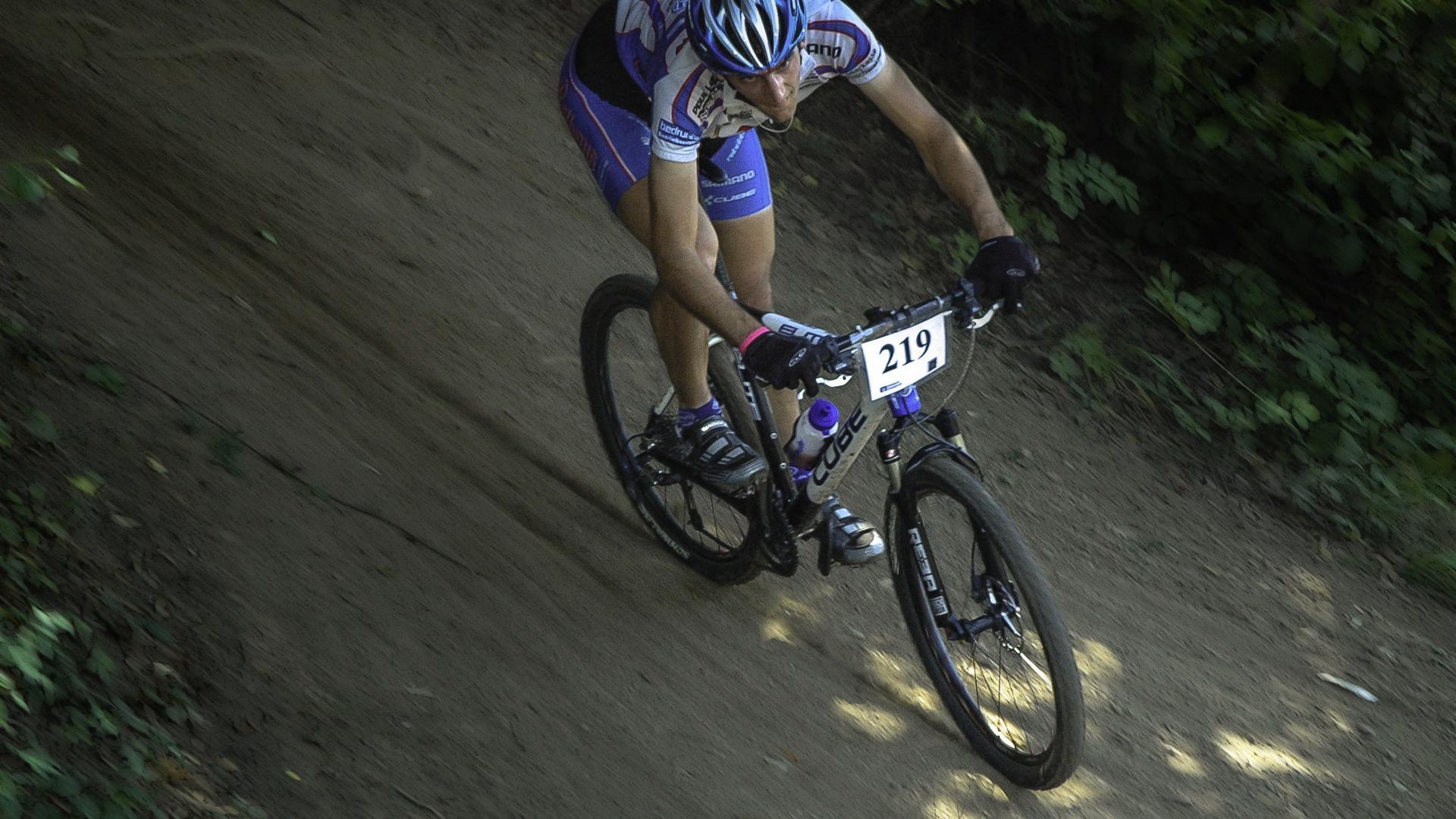 Beliebte Sportart: Ein Radfahrer fährt auf einem rasant auf der Rennstrecke beim Schwarzwälder Tälercup in Hausach. Auch in Gaggenau sind Mountainbiker unterwegs.