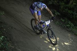 Ein Radfahrer fährt auf einem Mountainbike rasant auf der Rennstrecke beim Schwarzwälder Tälercup in Hausach 2007