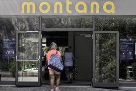 Bis zum letzten Tag nutzten die Gäste das Forbacher Freibad. Gäste betreten den Eingangsbereich des Montana-Bades.