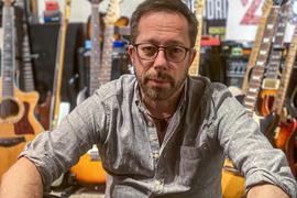 Gerald Sänger inmitten seiner zahlreichen Gitarren, mit denen er seinen Lebensunterhalt verdient.