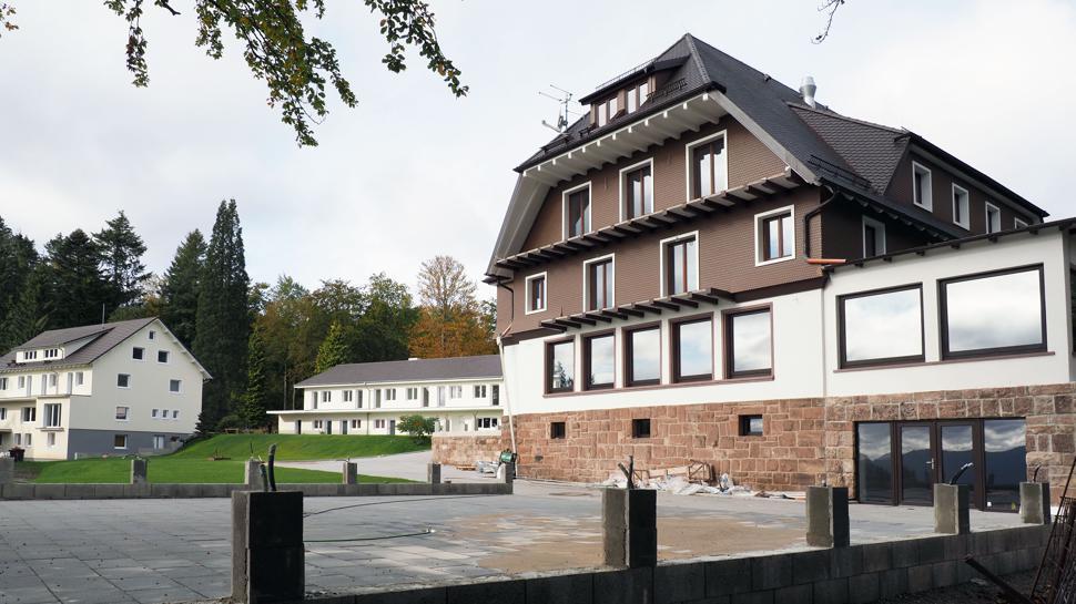 Ein Biergarten mit Aussicht: Auf einer neuen Terrasse mit Blick ins Murgtal ist eine Bewirtung vorgesehen. Die Terrasse grenzt direkt ans frisch renovierte Haupthaus. Im Hintergrund sind zwei modernisierte Nebengebäude zu sehen.