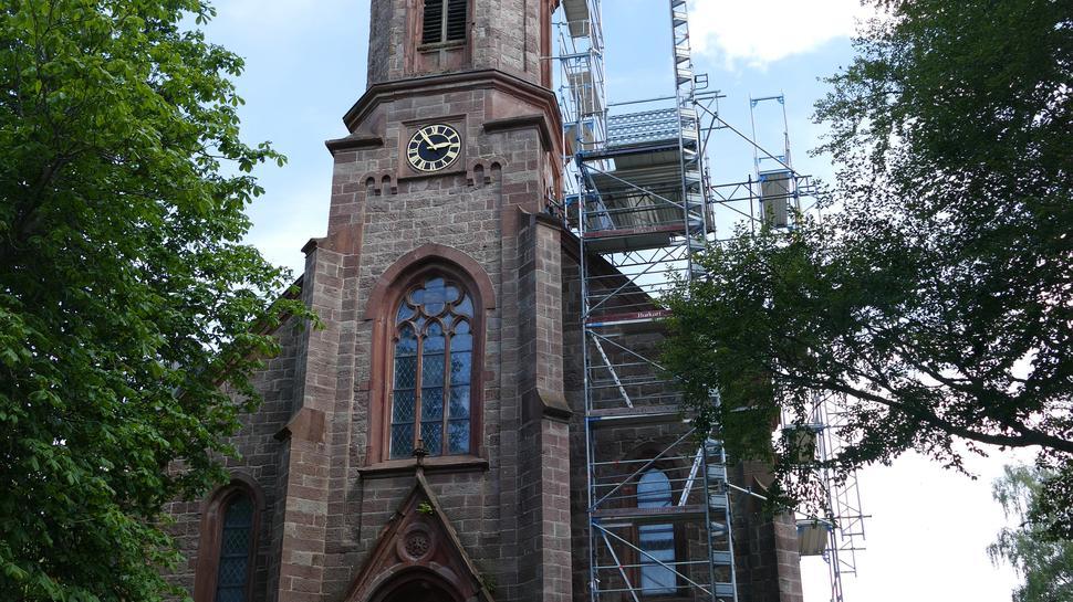 Frontansicht einer Kirche in Herrenwies mit Baugerüst an der Seite
