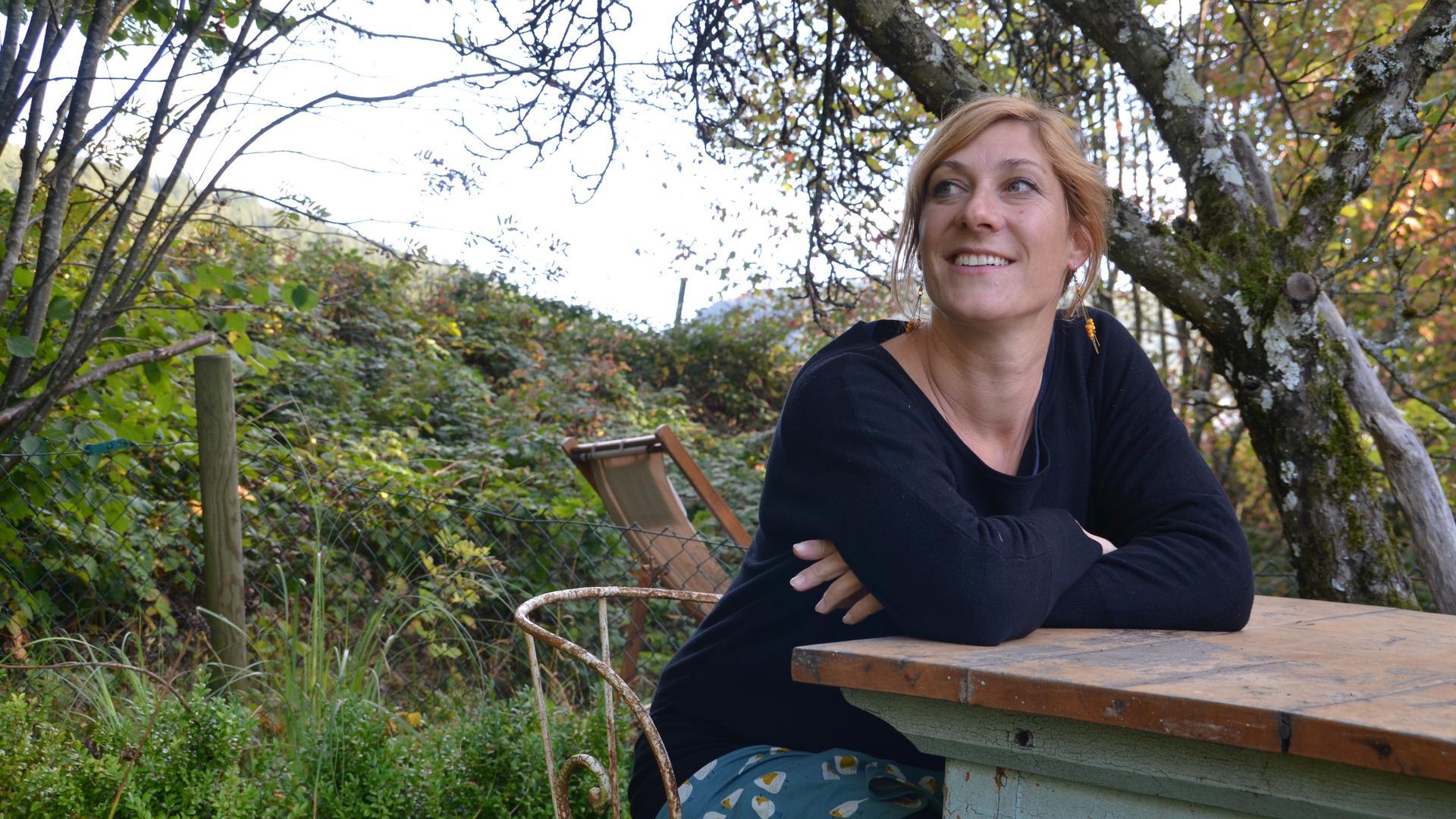 Murgtäler Kinderbuchautorin Stefanie Höfler, im Garten an einem Tisch sitzend
