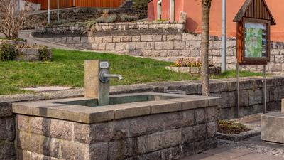 Ein leerer Brunnen am Straßenrand