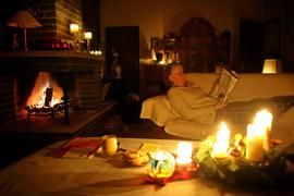 Kerzen und Kaminfeuer: Licht und Wärme sind bei einem Stromausfall keine Selbstverständlichkeit mehr. Zum Glück sind Netzunterbrechungen normalerweise kurz. Trotzdem sorgen Kommunen für mehrtägige, großflächige Stromausfälle vor - und Bürger sind gehalten, es ihnen nachzutun.