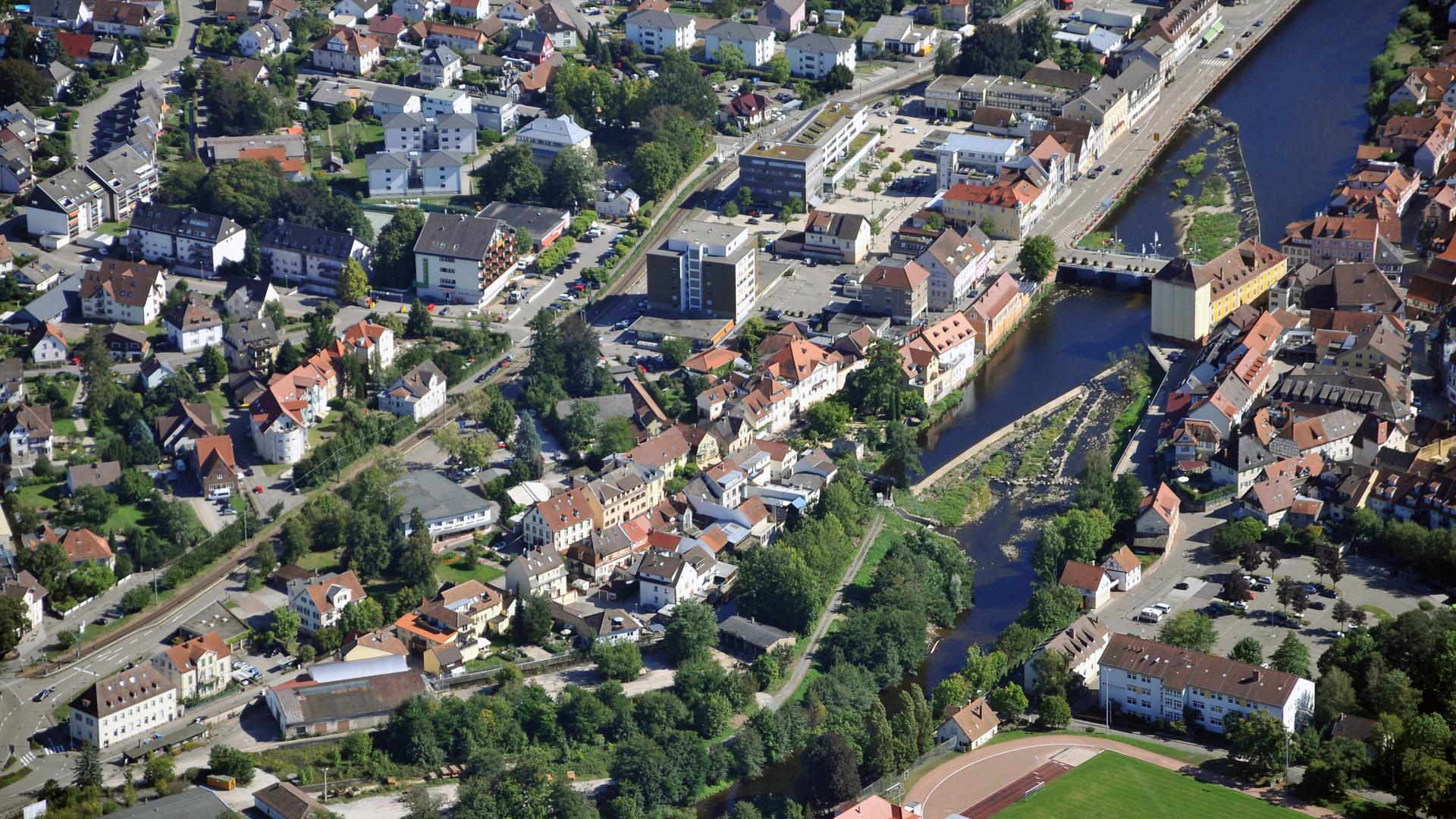 Ein Teil von Gernsbach: Die Geschichte der Handelslehranstalt (rechts unten) reicht mehr als hundert Jahre zurück. Wie sie weitergeht, entscheidet sich im Mai.