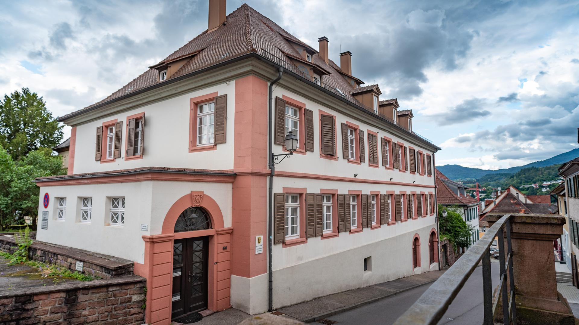 Ein historisches zweistöckiges großes Haus.