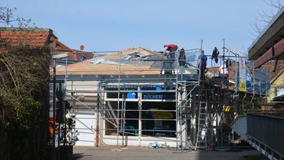 Handwerker arbeiten am Dach der eingerüsteten Bücherstube Katz in Gernsbach