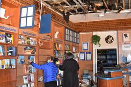 In der Bücherstube in Gernsbach räumen nach dem Brand zwei Frauen die Bücher aus den Regalen