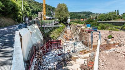 Baustelle für eine Wasserkraftanlage in Gernsbach. Die neue Horizontalrechenanlage mit Ableitung zu einer Fischtreppe ist bereits in ihren Grundzügen zu erkennen.