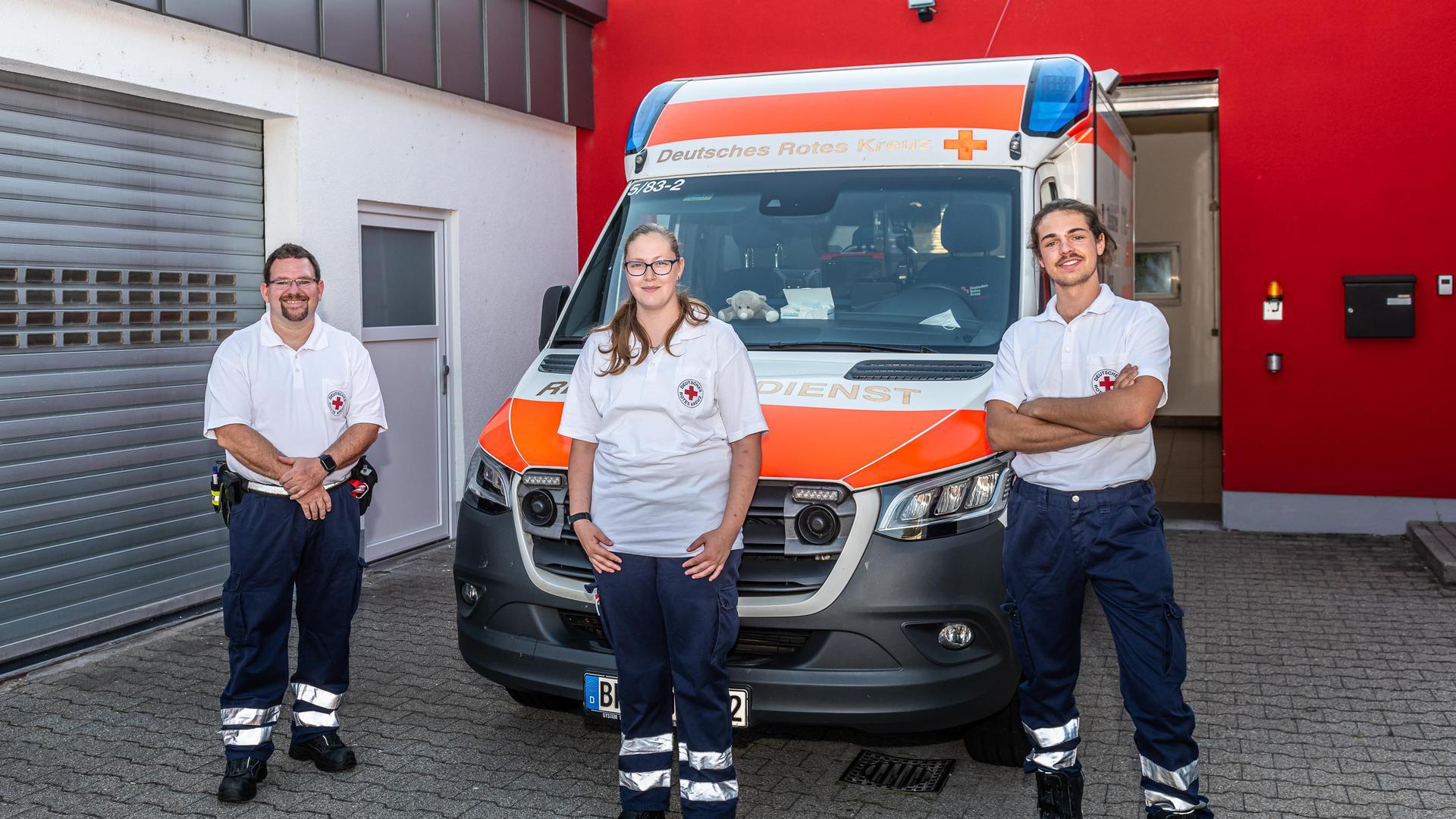 Rettungswachenleiter Joachim Schöneberg mit den Mitarbeitern Stephanie Wundsch und Marvin Schaum vor der Rettungswache Gernsbach (von links)