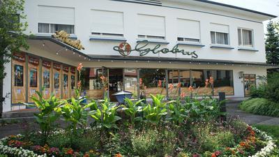 Das Kino in Gernsbach mit einem Blumenbeet davor.