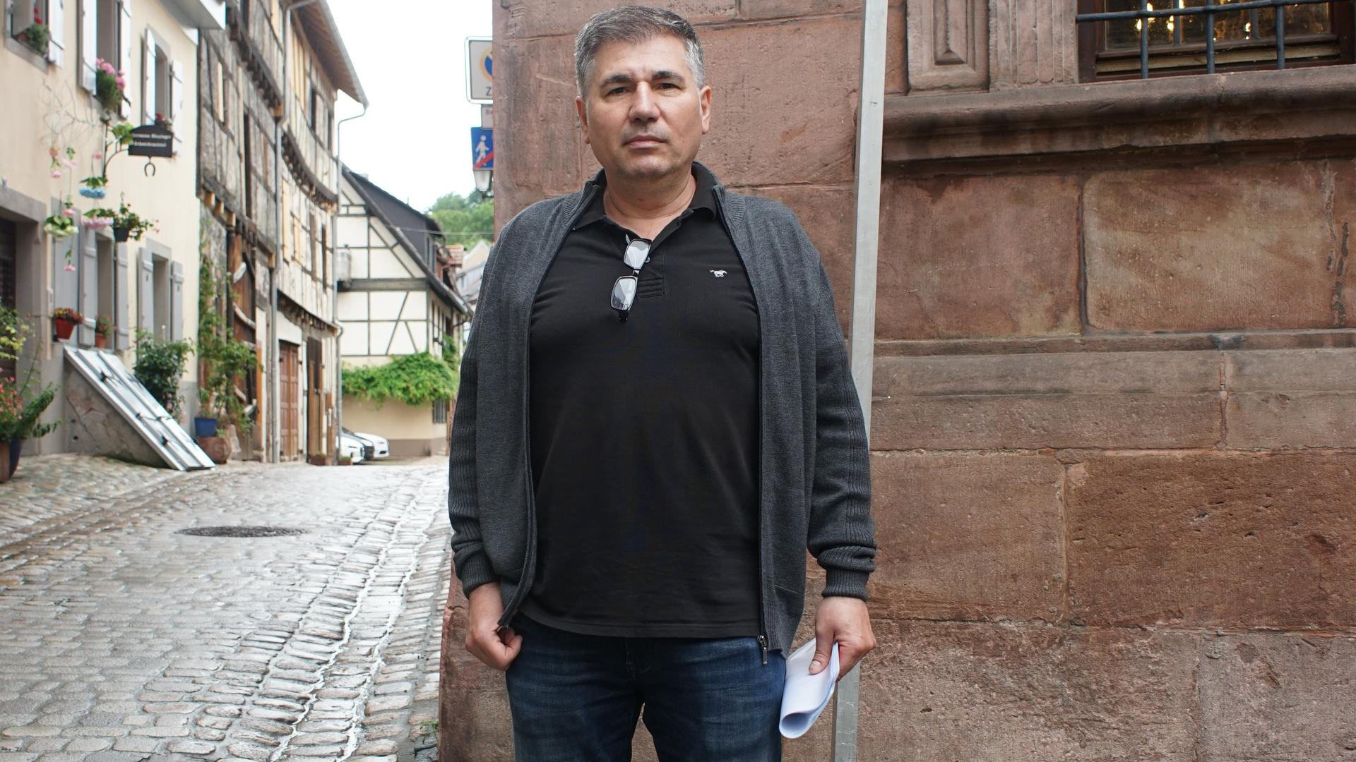 Ilyas Aslan vor dem gesperrten Eingang der Amtsstraße