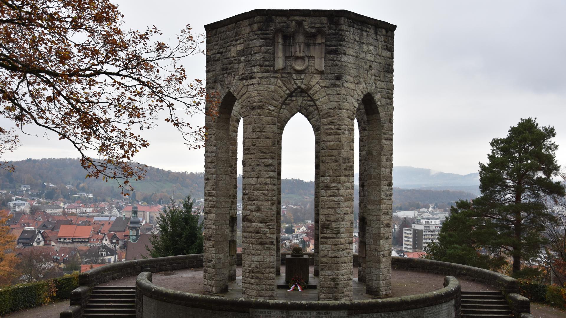altes, großes Denkmal aus Stein, mit Altar und Stahlhelm darauf