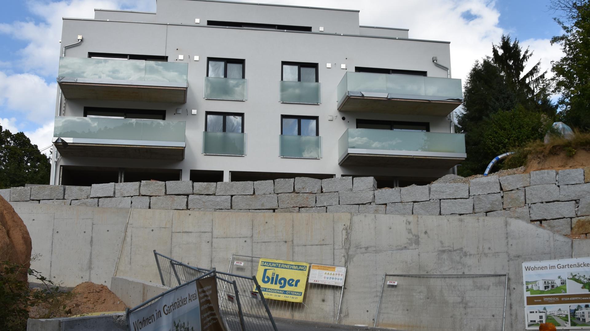 """Baustelle in Scheuern. Entlang der Scheuerner Straße entsteht das neue schicke Areal """"Gartenäcker"""". Hier sollen zwei Mehrfamilienhäuser sowie vier Einzelhäuser und zwei Doppelhaushälften gebaut werden, die über die in Bau befindliche, steile Erschließungsstraße erschlossen werden."""