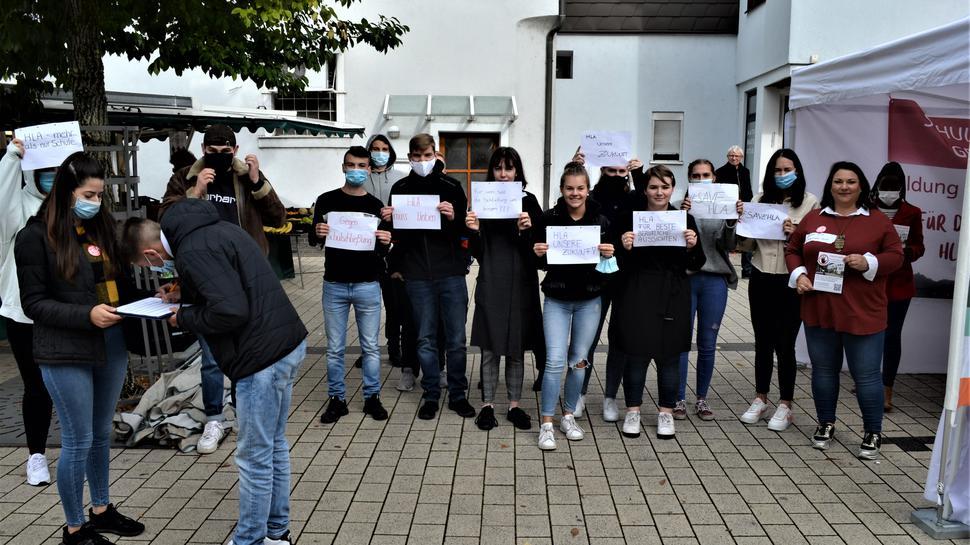 HLA Gernsbach Für den Erhalt ihrer Schule gingen Schülerinnen und Schüler der HLA Gernsbach, Elternvertreter  sowie Freunde der HLA auf die Straße