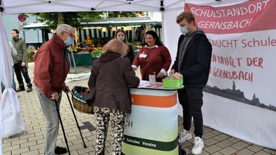 Handelslehranstalt Gernsbach: Unterschriften für den Erhalt der HLA Gernsbach werden an einem Stand auf dem Gernsbacher Wochenmarkt gesammelt