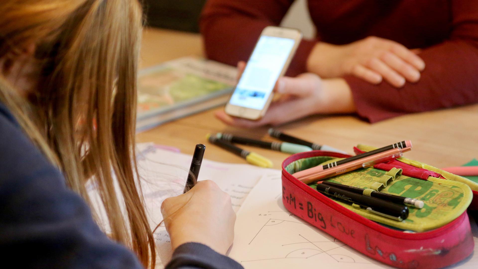 Homeschooling bleibt eine Herausforderung: Der Fernunterricht fordert Schüler, Eltern und Lehrer. Wechselunterricht könnte eine gute Übergangslösung sein, finden Eltern in Gernsbach.