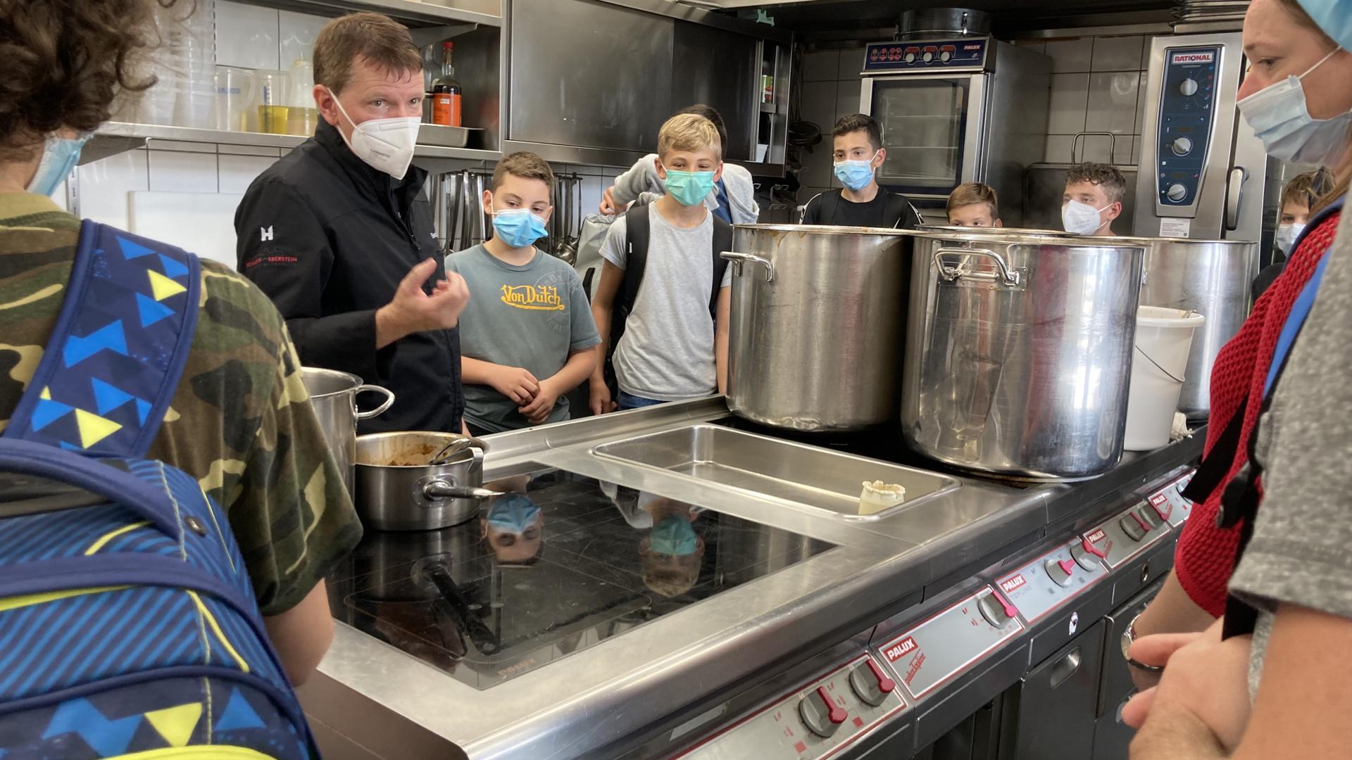 Bernd Werner mit Schülern