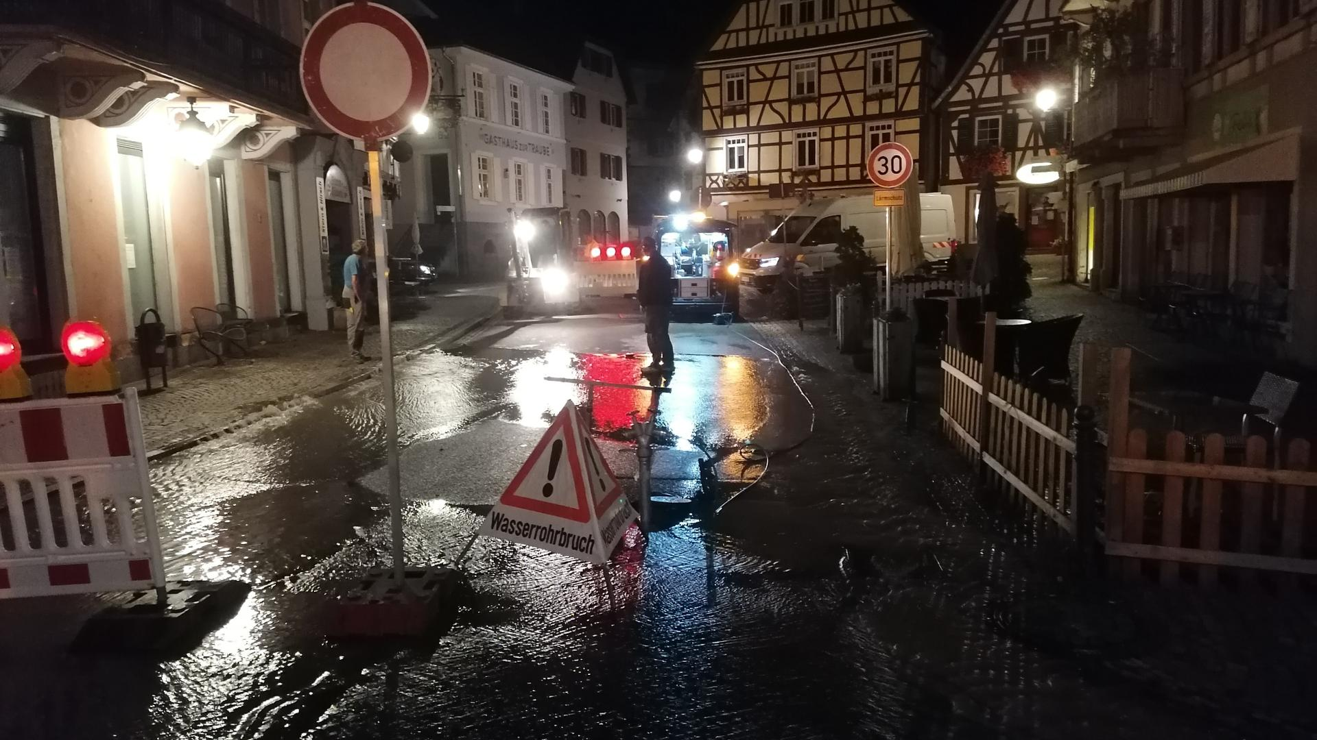 Nach dem Wasserrohrbruch in der Gernsbacher Altstadt musste eine Straße gesperrt werden, weil sie unterspült wurde.